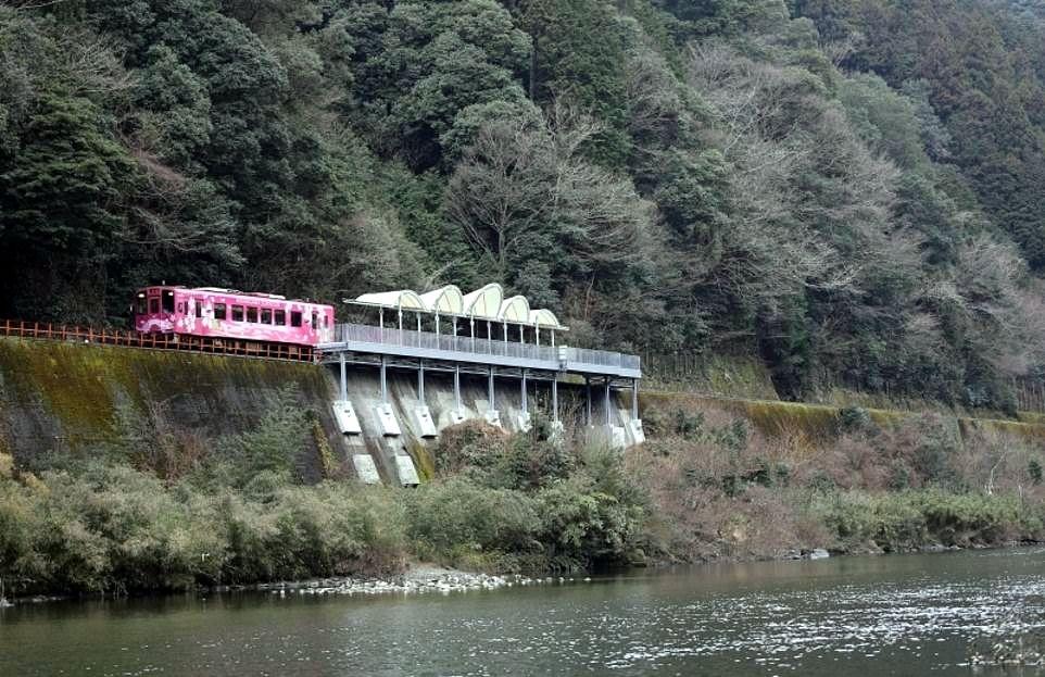Foto stasiun kereta Seiryu-Miharashi yang memiliki pemandangan indah