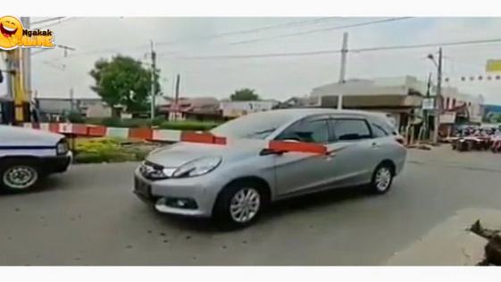 Pemotor Baik Hati yang Bantu Pengendara Mobil di Palang Pintu Kereta