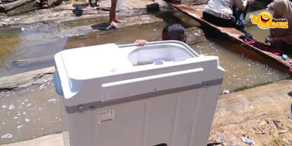 Emak Hits Zaman Now, Cuci Baju di Pinggir Sungai Dengan Mesin Cuci! Listriknya?