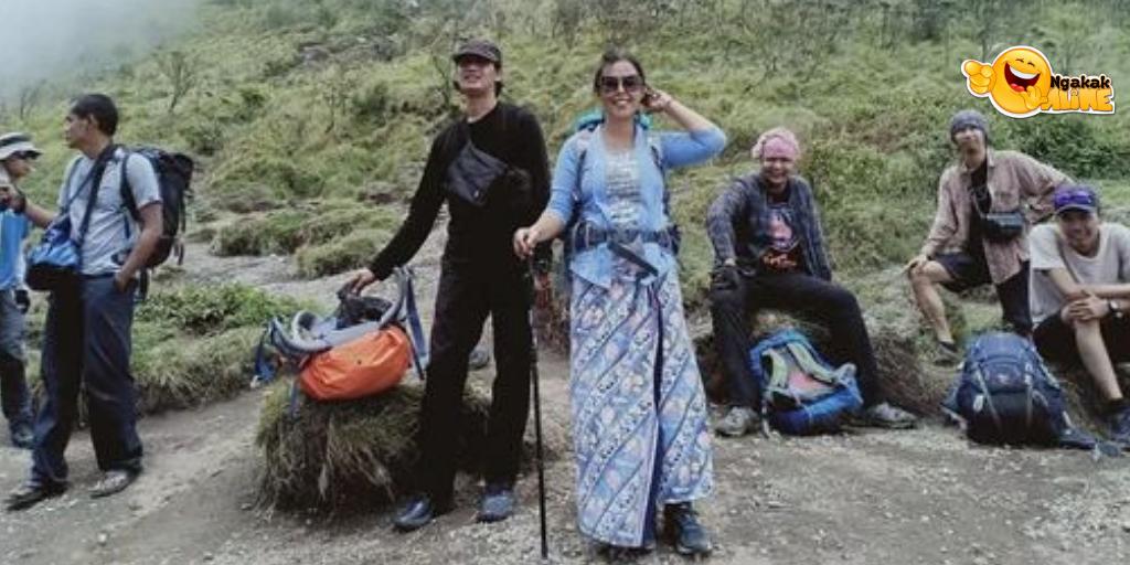 Unik dan menarik, Rahmi Hidayanti Srikandi Penakluk Gunung dengan Kebaya.