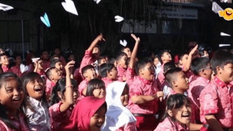 BJ Habibie Meninggal, Ratusan Siswa SD Terbangkan Pesawat Kertas