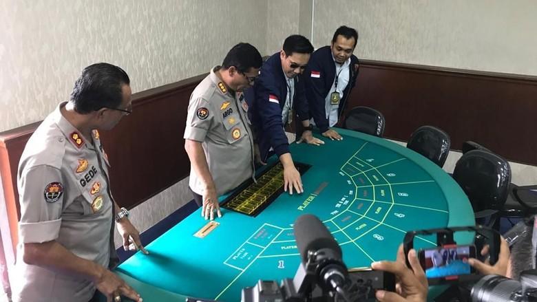 Polisi mengungkap kasus perjudian kasino di Apartemen Robinson,