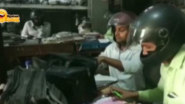 Viral Pegawai Pemerintah di India Pakai Helm saat Bekerja